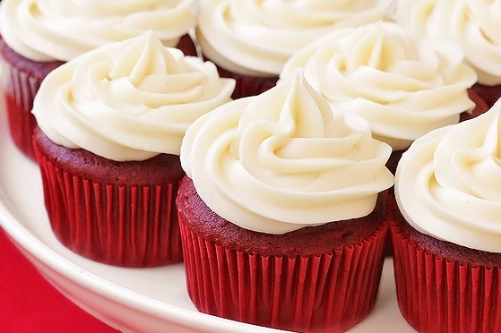 Red-velvet-cupcakes frosted (2)