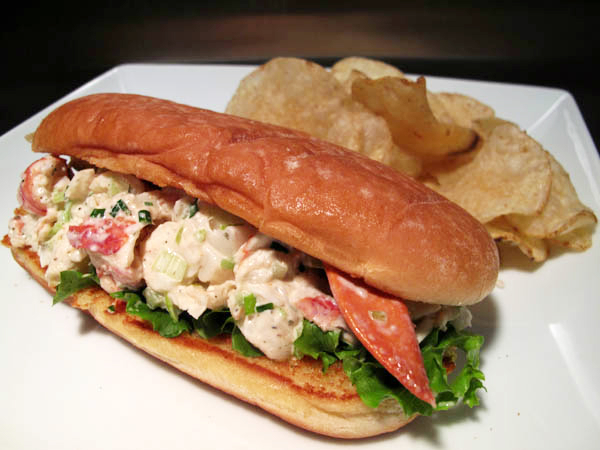 Traditional lobster roll 1